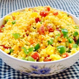 腊肠韭菜炒小米饭