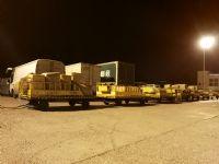 深夜间忙碌的航空货运人