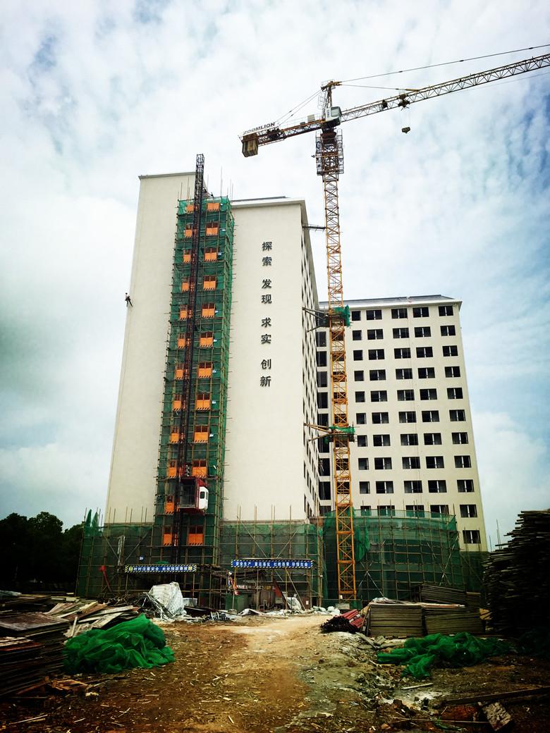 金侨医院综合楼外墙亮化工程施工中