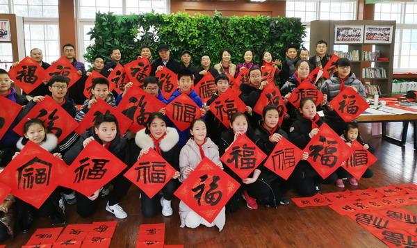 迎新春 郑州市二七区书法家协会、河南二七书画院走进陇西小学写春联送祝福