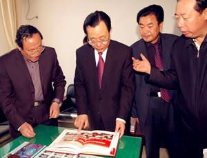 政协副主席王刚与副会长赵以宝