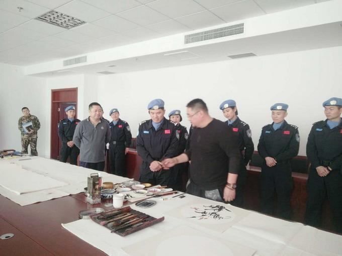 副院长吴熙明在中国维和部队和官兵一起交流书画